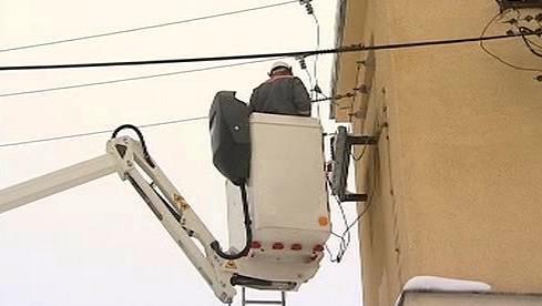 Energetici opravují poškozené vedení