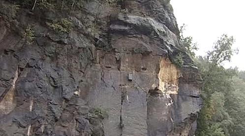 Nebezpečná skála nad Hřenskem