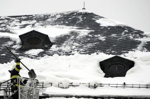 Hasiči odstraňují sníh ze střech domů