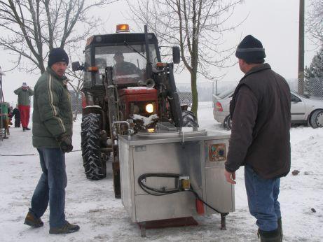 Traktor přiváží gulášovou polévku