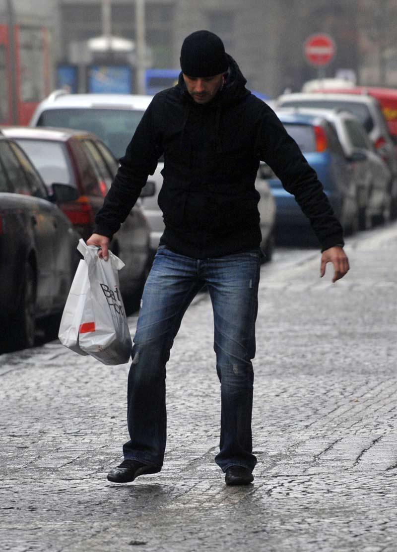 Chodci měli problémy s ledovkou na chodnících
