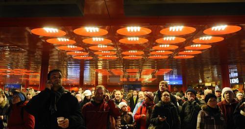Cestující na pražském hlavním nádraží čekají na vlaky zpožděné kvůli mrazu