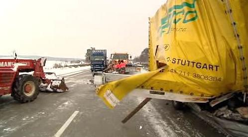 Nehoda kamionů na dálnici