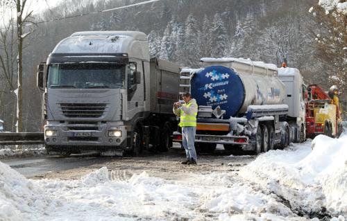 Ve Stráži nad Ohří vyprošťovali převrácený kamion