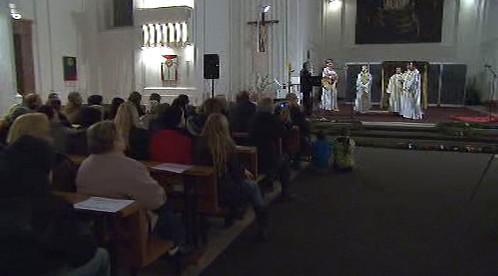 Lidé sledují adventní koncert v Bohnicích
