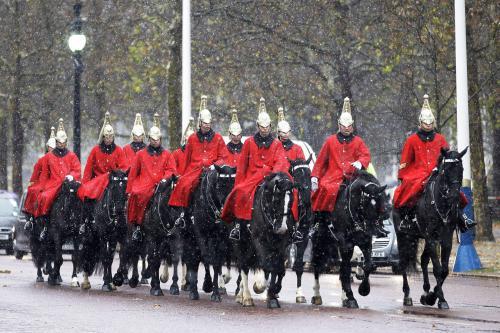 Se sněhem se potýká i královská garda v Londýně