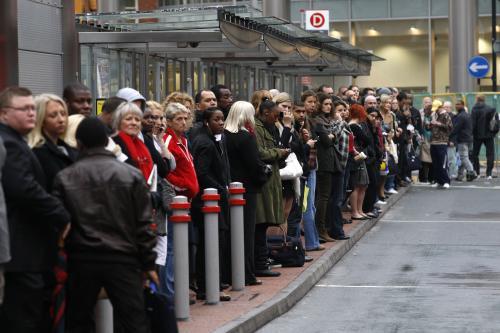 Přeplněná stanice autobusu v Londýně