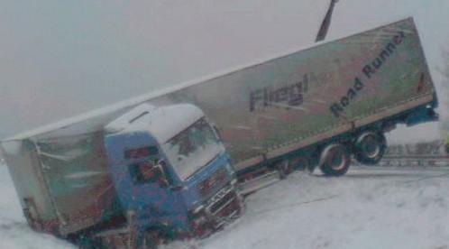 Kamion v příkopu