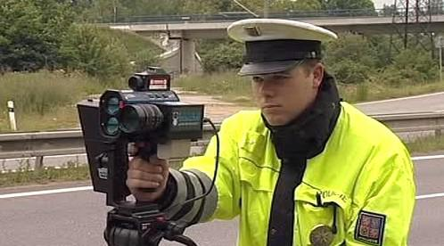 Policista měřící rychlost