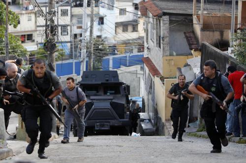 Policie zasahuje proti drogovým gangům v Riu
