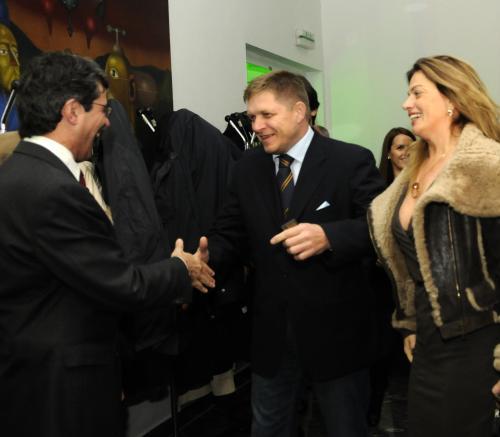 Robert Fico (uprostřed) gratuluje Milanu Ftáčníkovi