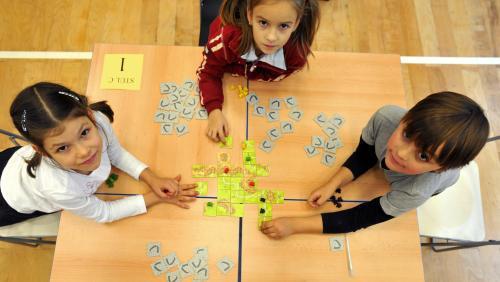 Děti hrají stolní hru