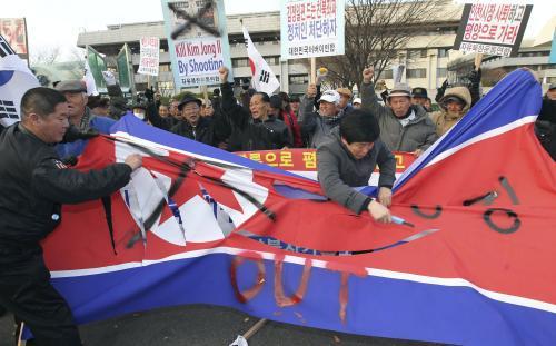 Jihokorejci ničí vlajku KLDR