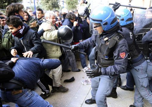 Italská policie zasahuje proti demonstrantům