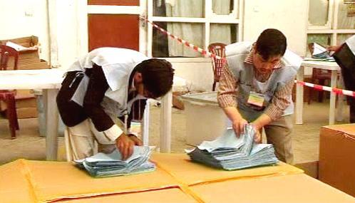 Sčítání volebních lístku v Afghánistánu