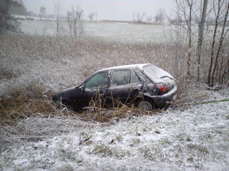 Auto po nehodě skončilo mimo vozovku