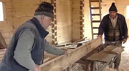 Rumunští tesaři při práci na interiéru kostela