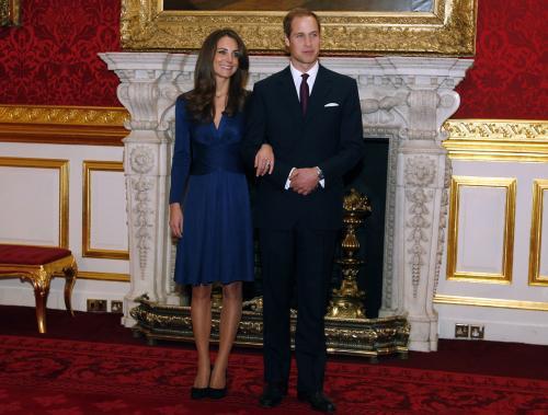 Princ William a Kate Middletonová pózují novinářům po oficiálním oznámení jejich zasnoubení