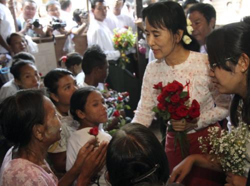 Su Ťij na návštěvě útulku pro nemocné AIDS