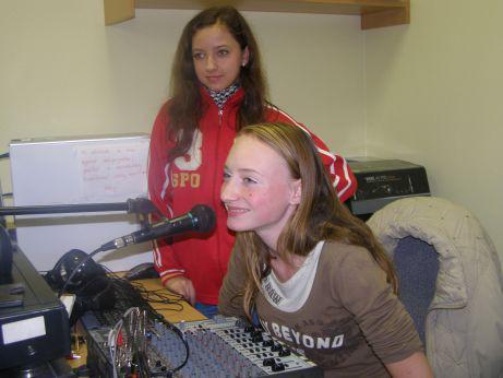 Lánovští školáci při přípravě rozhlasového vysílání