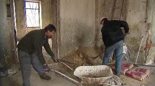 Dělníci opravují interiér zámku