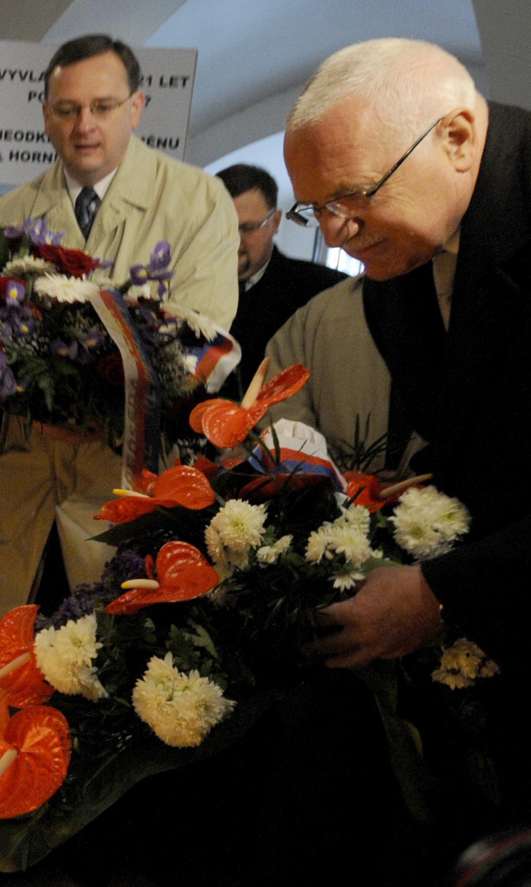 Prezident Václav Klaus a premiér Petr Nečas se zúčastnili vzpomínkového aktu u pamětní desky 17. listopadu 1989