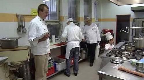 Zkušební komisař sleduje mladé kuchaře