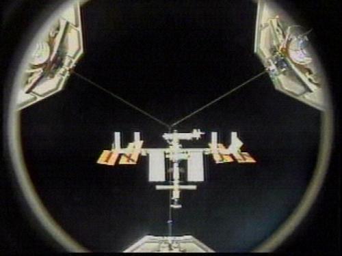 Pohled na ISS z raketoplánu Discovery