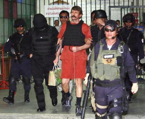 Viktor But opouští budovu soudu v Bangkoku