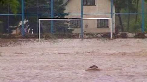 Voda zaplavila fotbalové hriště v Nové Vsi u Liberce