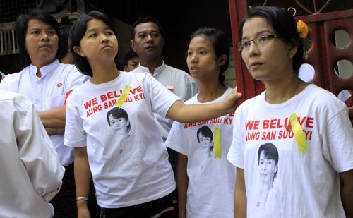 Příznivci opoziční barmské strany NLD