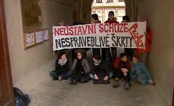 Protestanti blokují vchod do senátu