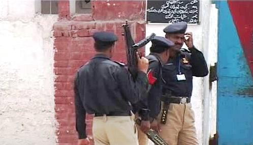 Stráž před branami pákistánské věznice