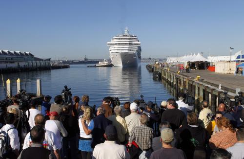 Porouchaná loď dorazila do přístavu