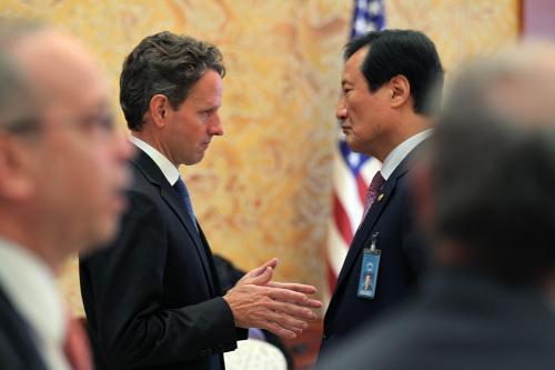Timothy Geithner a Yoon Jeung-hyun