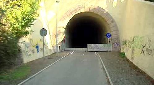 Uzavřený vjezd do tunelu pod Vítkovem