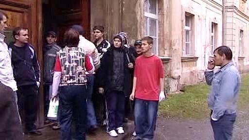 Rumunští dělníci před ubytovnou