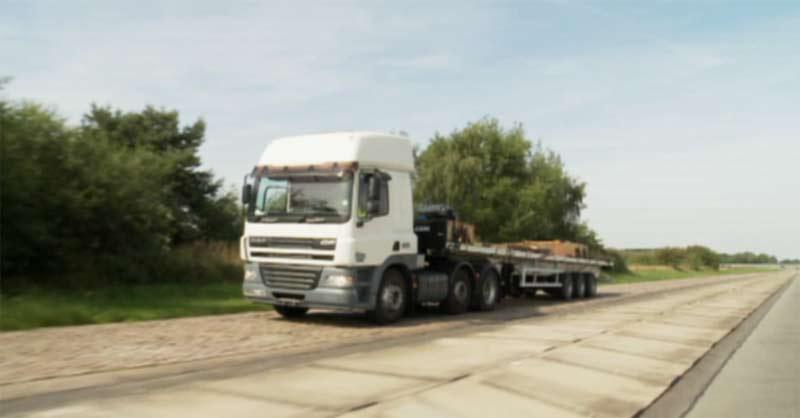 Kamion s plastovým návěsem