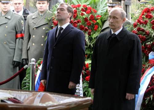 Dmitrij Medvěděv a Vladimir Putin u rakve Viktora Černomyrdina