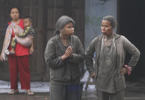 Vesničané prchají před Merapi