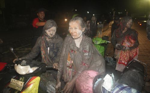 Indonésané prchají před sopkou Merapi