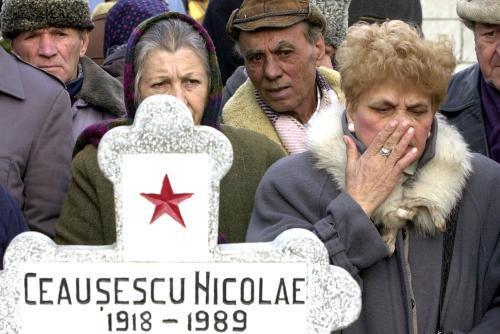 Rumuni u hrobu Nicolae Ceaušeska