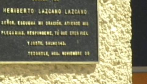 Pamětní deska na kostele postaveném z peněz drogových kartelů