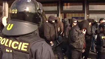 Policisté kontrolují extremisty