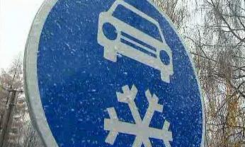 Značka přikazující použití zimní výbavy