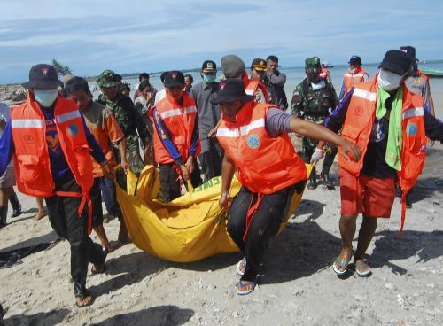 Záchranáři odnášejí oběť tsunami