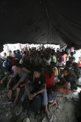 Lidé na ostrově Pagai se museli uchýlit do provizorních přístřešků