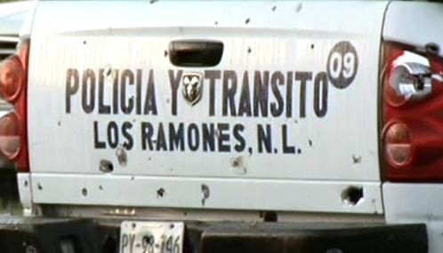 Rozstřílené policejní auto v Los Ramones