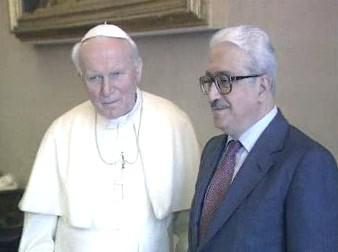Jan Pavel II. s Tárikem Azízem