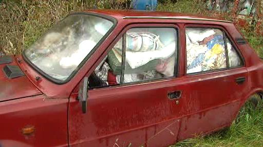 Odpadky v okolí domu paní Cihelkové